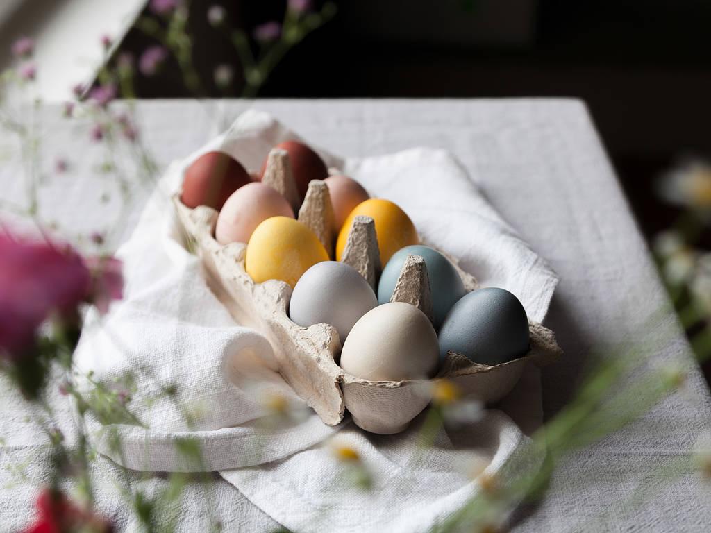 Ostereier mit natürlichen Lebensmitteln färben