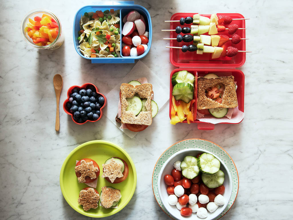 Gesunde Snacks und bunte Brotdosen