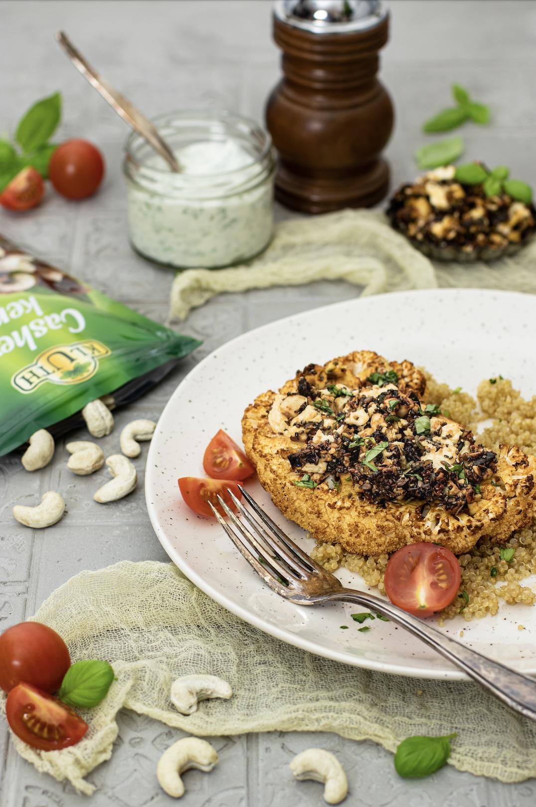 Mediterrane Blumenkohlsteaks mit Cashew-Crunch