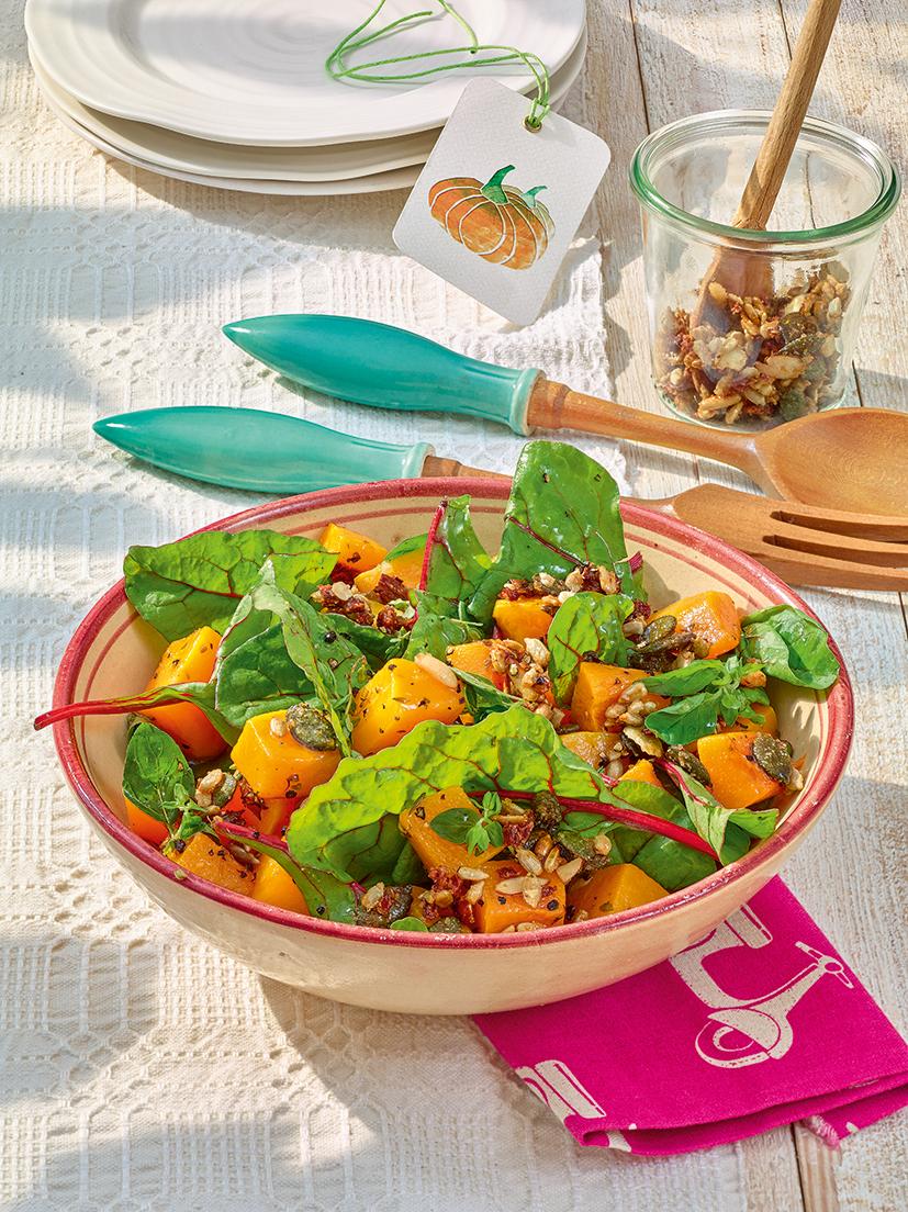 Butternutkürbis-Mangoldsalat mit karamellisiertem Salatveredler