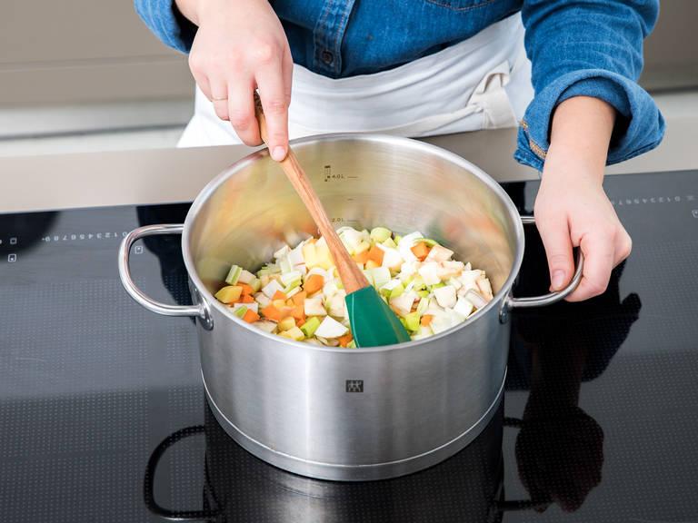 在一个大锅中加热橄榄油。倒入切好的蔬菜,煎炒5分钟,倒入蒜末、香菜籽和葛缕子,再炒1分钟。