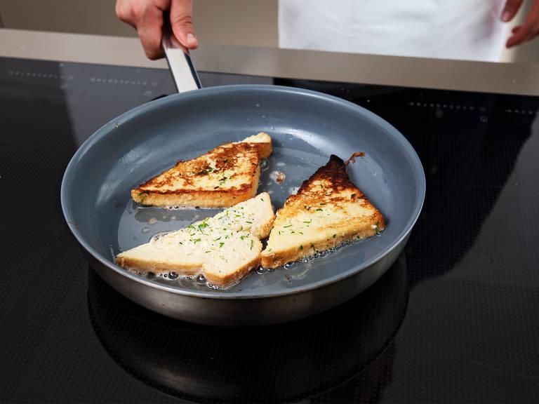 Butter bei mittlerer Hitze in einer Pfanne schmelzen lassen und Brotscheiben goldbraun anbraten. Mit Pfeffer würzen und heiß servieren. Guten Appetit!