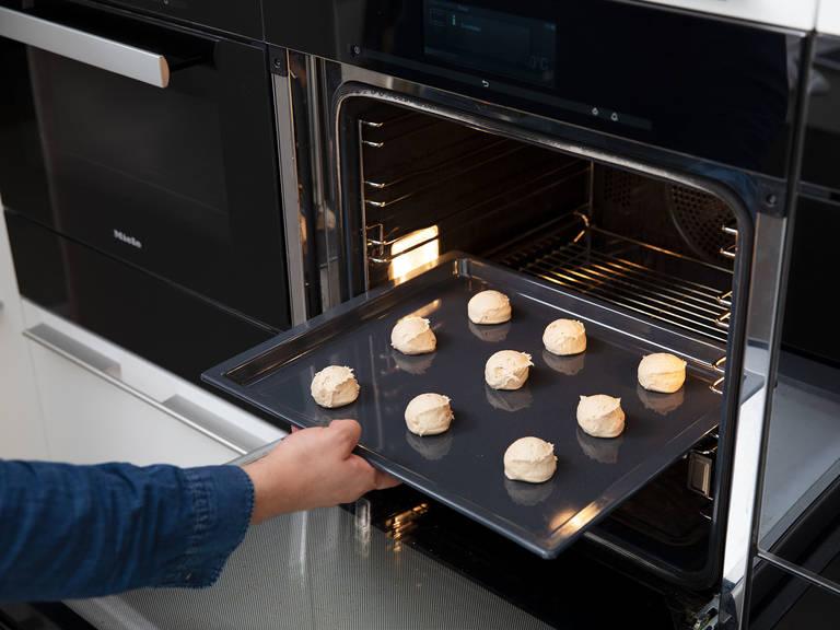 Zucker und Zimt in einer Schüssel vermengen. Den Teig mit einem Eisportionierer in gleich große Portionen aufteilen. Jede Teigkugel in der Zucker-Zimt-Mischung wälzen und anschließend auf ein Backblech geben. Zwischen den Teigkugeln etwas Platz lassen, da sie beim Backen auseinander gehen. Bei 180°C ca. 8 - 11 Min. backen, oder bis die Snickerdoodles goldbraun sind. Ca. 2 Min. abkühlen lassen und sie anschließend auf einem Kuchengitter vollständig auskühlen lassen. Guten Appetit!