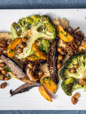 Brokkoli-Portobello-Pfanne auf Hummus mit Aprikosensalat