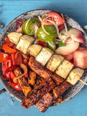 Vegan Bowl mit BBQ-Tofu, Gemüse und Pfirsich