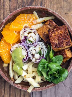 Salatbowl mit Glücksrollen, Spicy Tofu, Pastinake und Orange