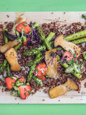 Quinoa-Salat mit Saitling, Spargel und Erdbeere
