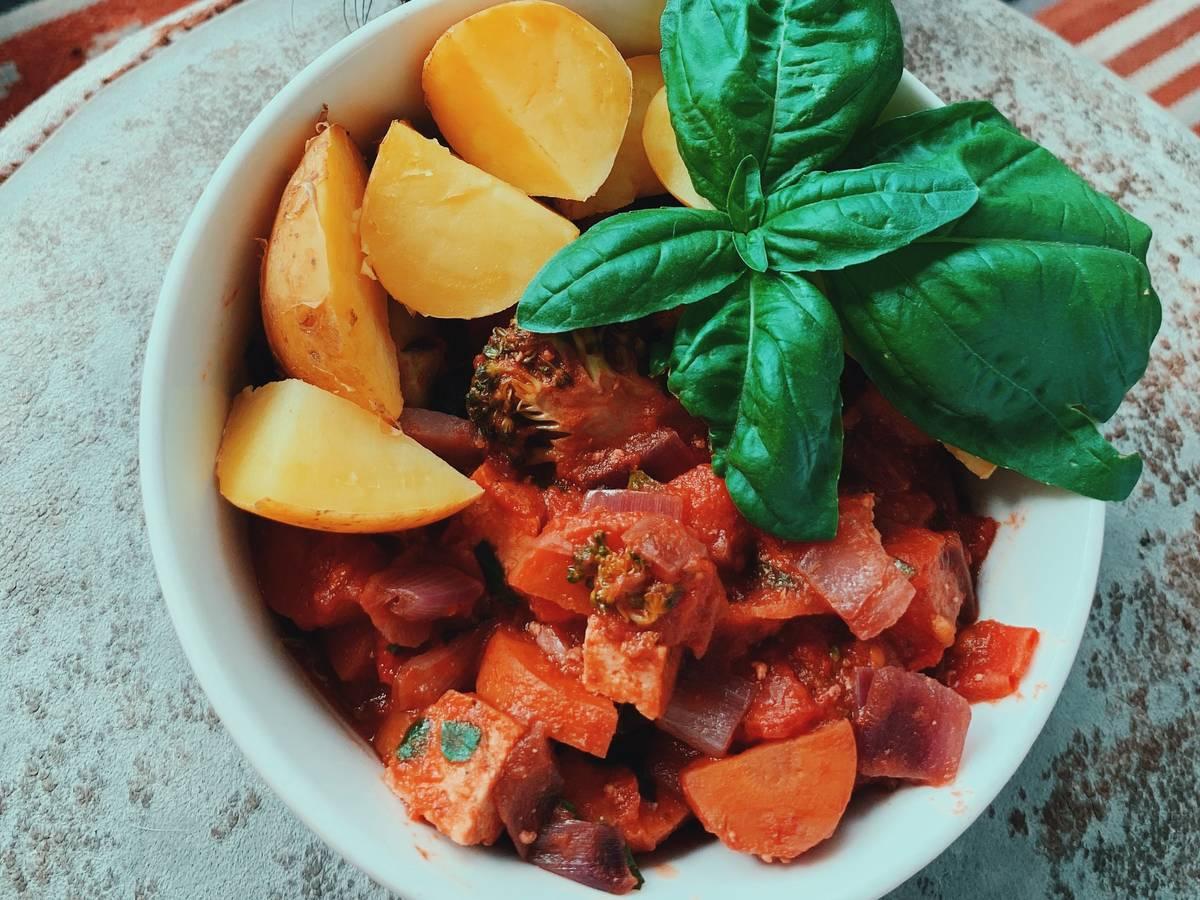 Vegane, regionale, scharfe Tomaten-Gemüsesoße mit Kartoffeln
