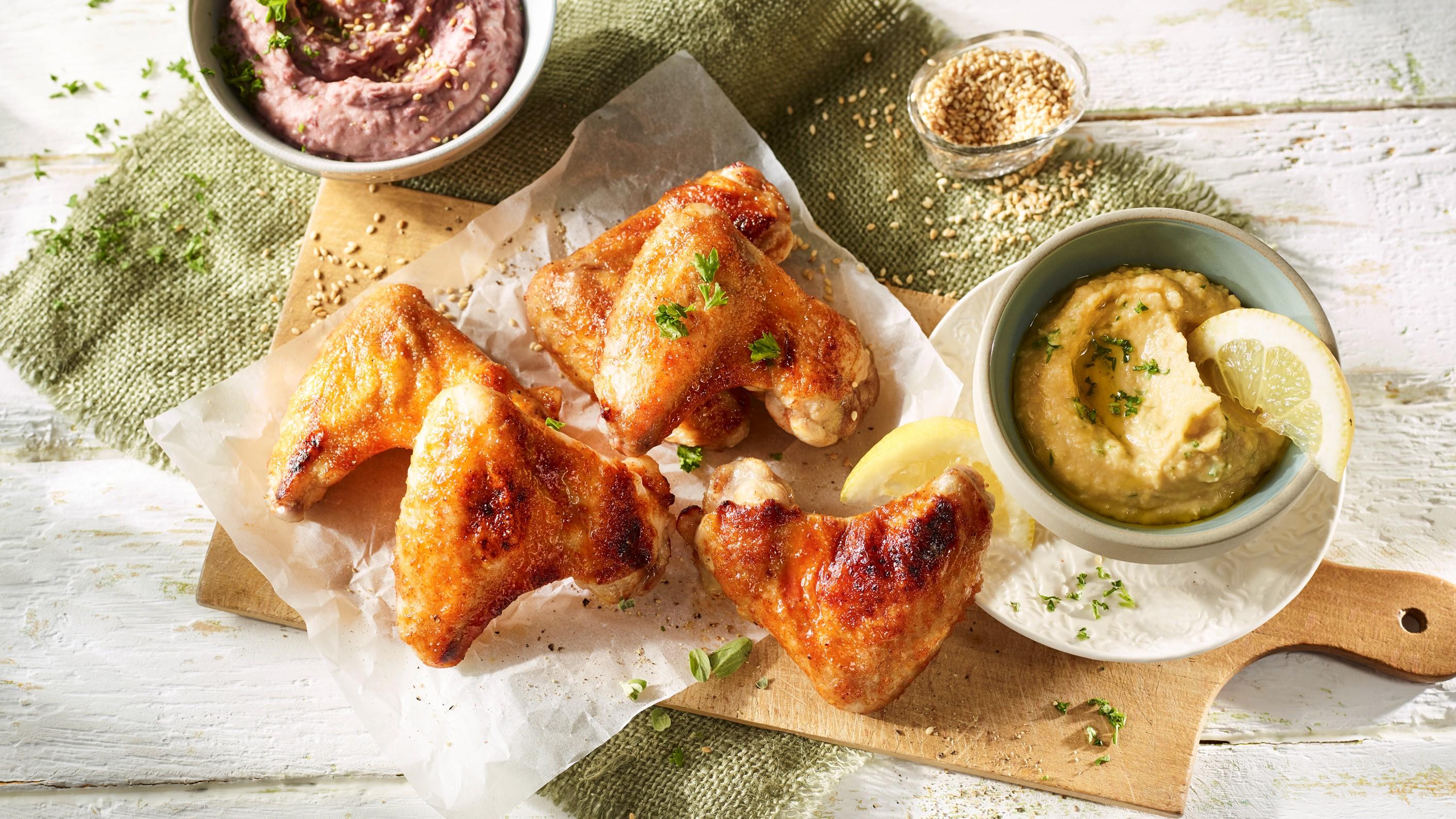 Chicken Wings mit Rote-Bohnen-Dip und Kichererbsen-Hummus