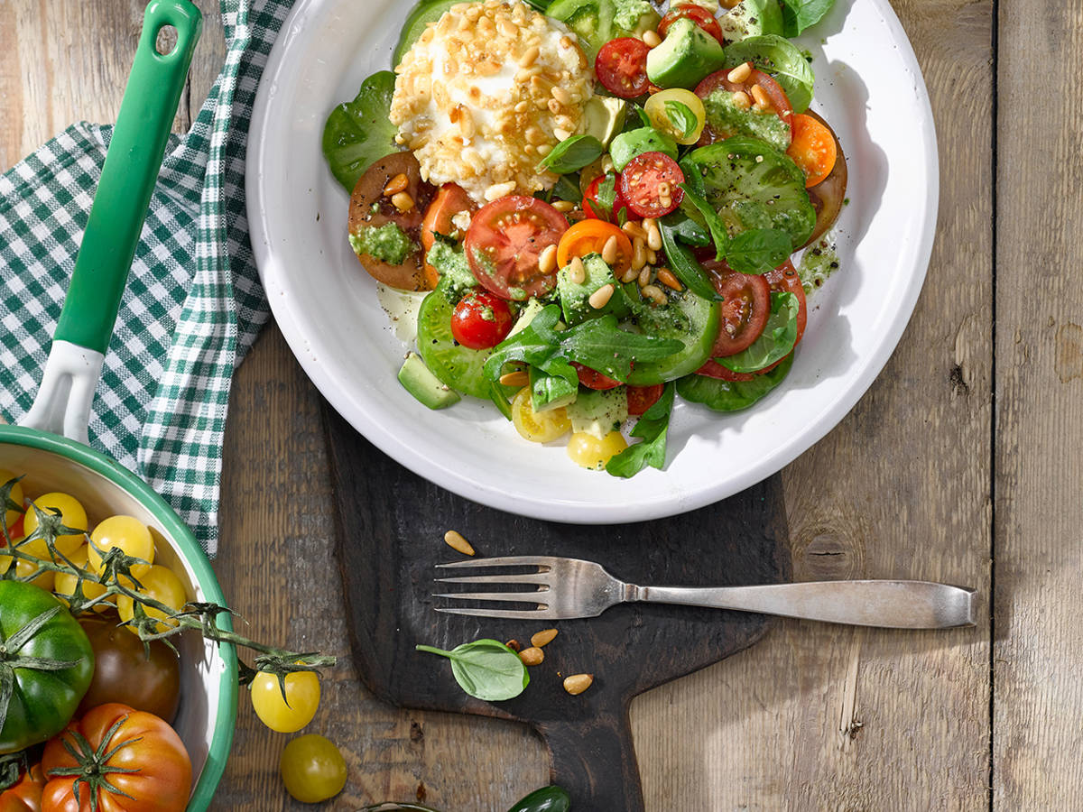 Caprese de luxe mit Mozzarella, bunten Tomaten, Pinienkernen, Parmesan und Basilikum