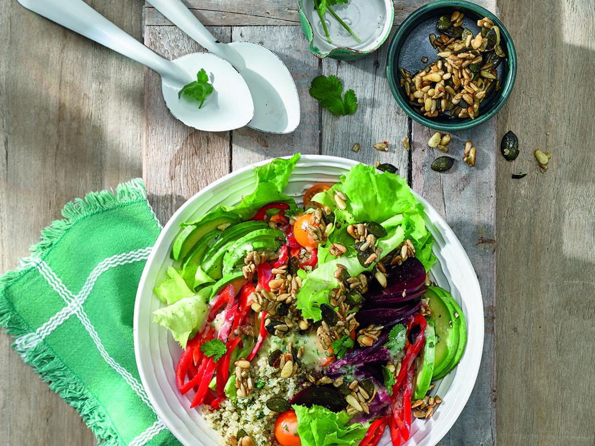 Quinoa-Salatbowl mit Salatveredler-Crunch, Roter Bete, Avocado und Wasabi-Dressing