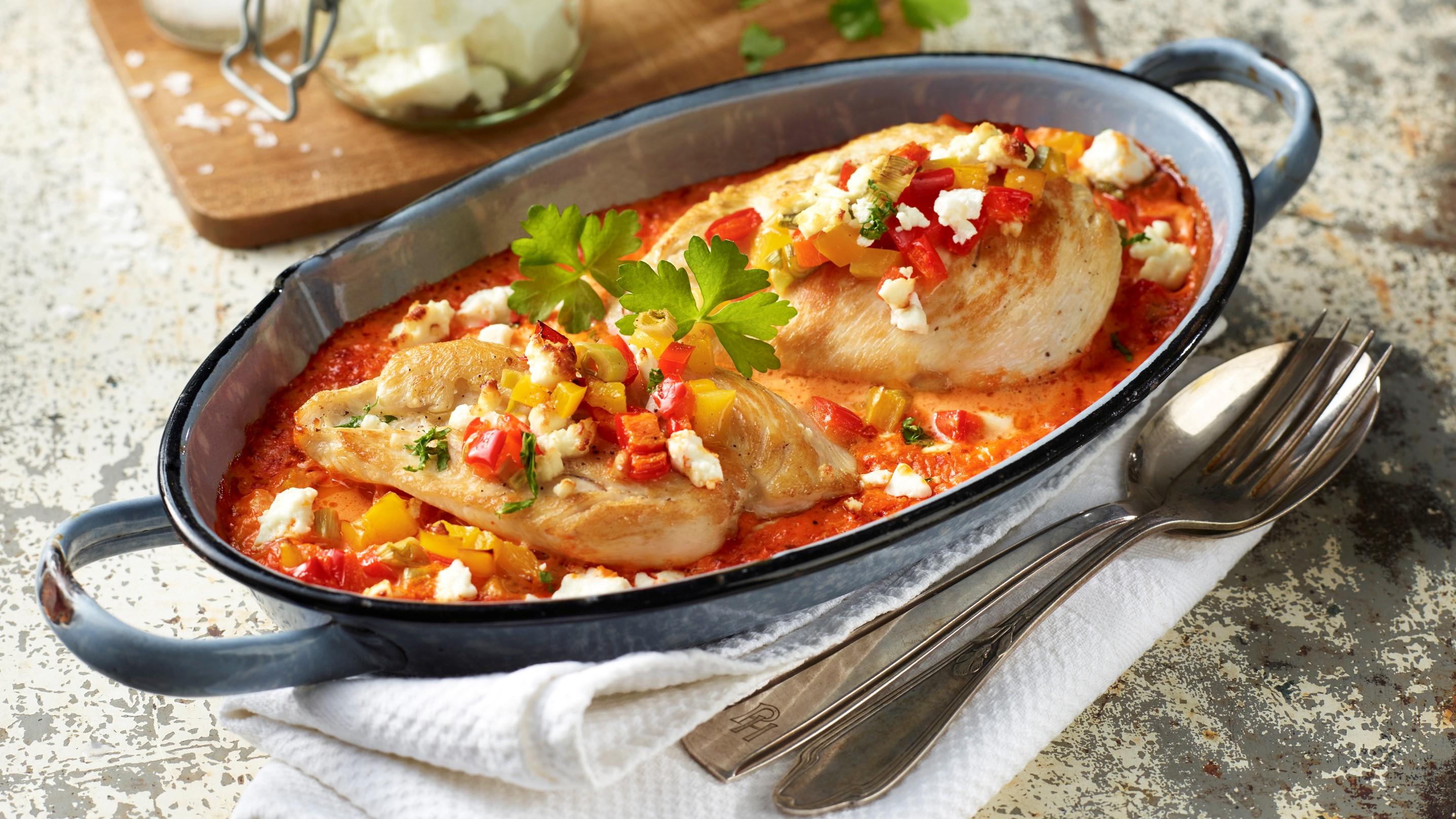 Paprika-Hähnchen Schnitzel aus dem Ofen mit Fetakäse