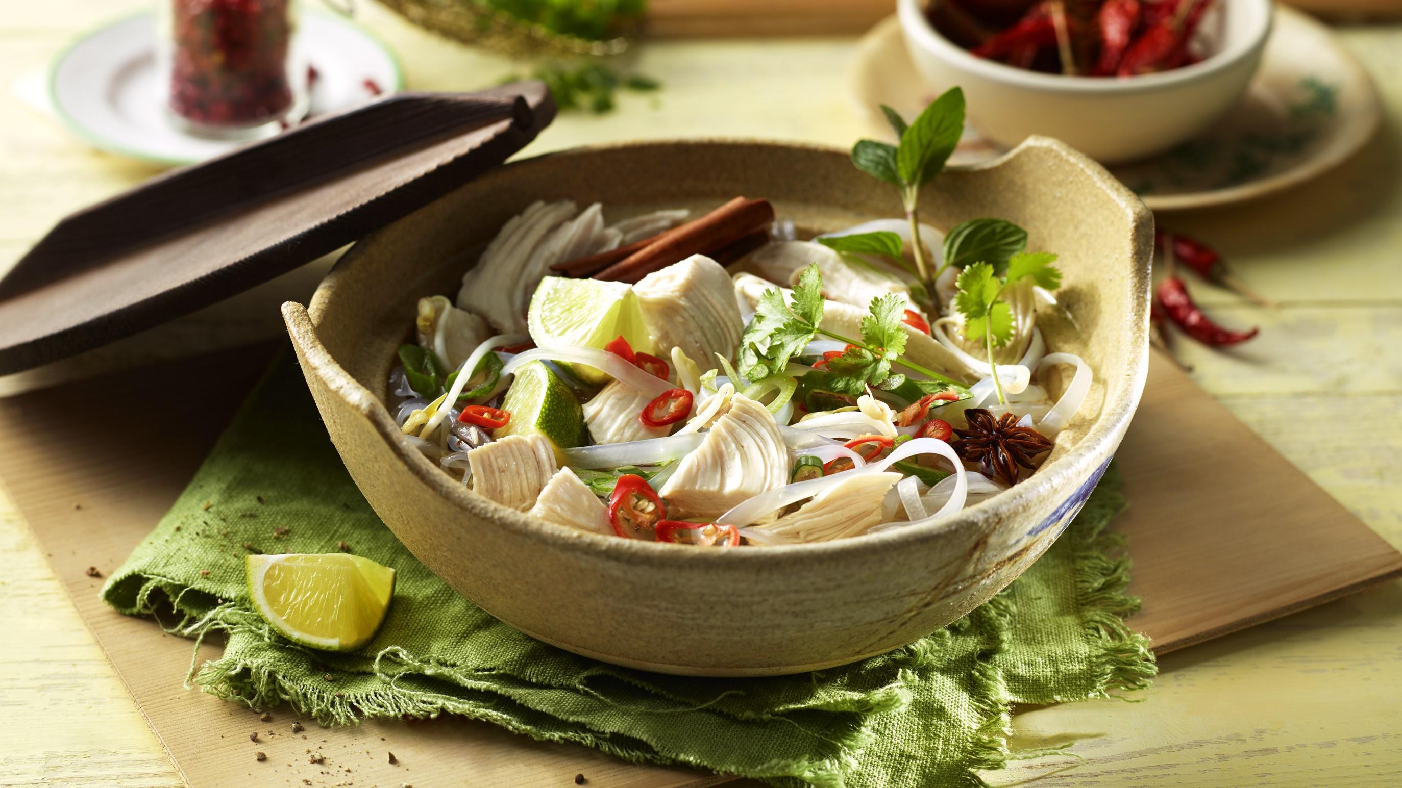 Pho Ga Suppe mit Hähnchen und Reisbandnudeln