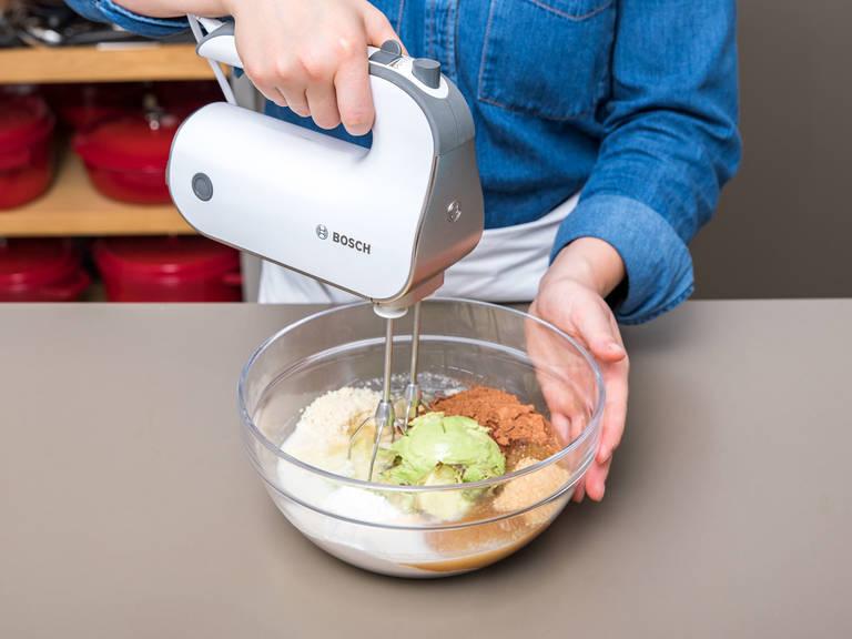 Avocado halbieren und den Kern entfernen. Das Fruchtfleisch aus der Schale herausheben und mit Mehl, gemahlenen Mandeln, Backkakao, Zucker, Backnatron, Backpulver, Mandelmilch, Pflanzenöl, Apfelessig und einer Prise Salz in eine Schüssel geben. Mit einem Handrührgerät zu einem gleichmäßigen Teig vermixen. In die Springform füllen und bei 175°C für ca. 35 Min. backen. Aus dem Backofen nehmen und abkühlen lassen.