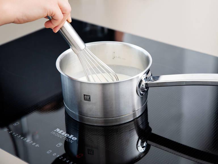 Schlagsahne in einen Topf geben und unter ständigem Rühren aufkochen lassen. Weiße Schokolade hacken und in eine große Schüssel geben. Warme Sahne dazugeben und beide Zutaten vermengen. Anschließend Zuckerrübensirup, Butter und Salz hinzufügen und glatt rühren. Schüssel mit Frischhaltefolie abdecken und ca. 90 Min. in den Kühlschrank stellen.