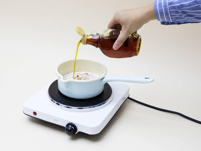 Mandelmilch, Rote Bete-Saft und Ahornsirup mit einem Schneebesen einrühren. Zum Köcheln bringen und schaumig und cremig rühren.