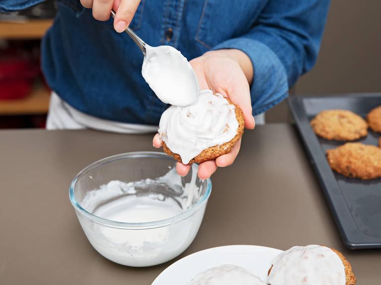 Ein Backblech mit Backpapier auslegen und den Keksteig mit einem Eisportionierer darauf portionieren. Zwischen jeder Teigkugel Platz lassen, da sie beim Backen auseinandergehen. Bei 190°C ca. 10 Min. backen. Anschließend komplett auskühlen lassen. Währenddessen den Zuckerguss zubereiten. Puderzucker, Milch und eine Prise Salz verrühren. Die Oberseite der Haferkekse vorsichtig in den Zuckerguss tunken und die Kekse ca. 30 Min. trocknen lassen. Guten Appetit!