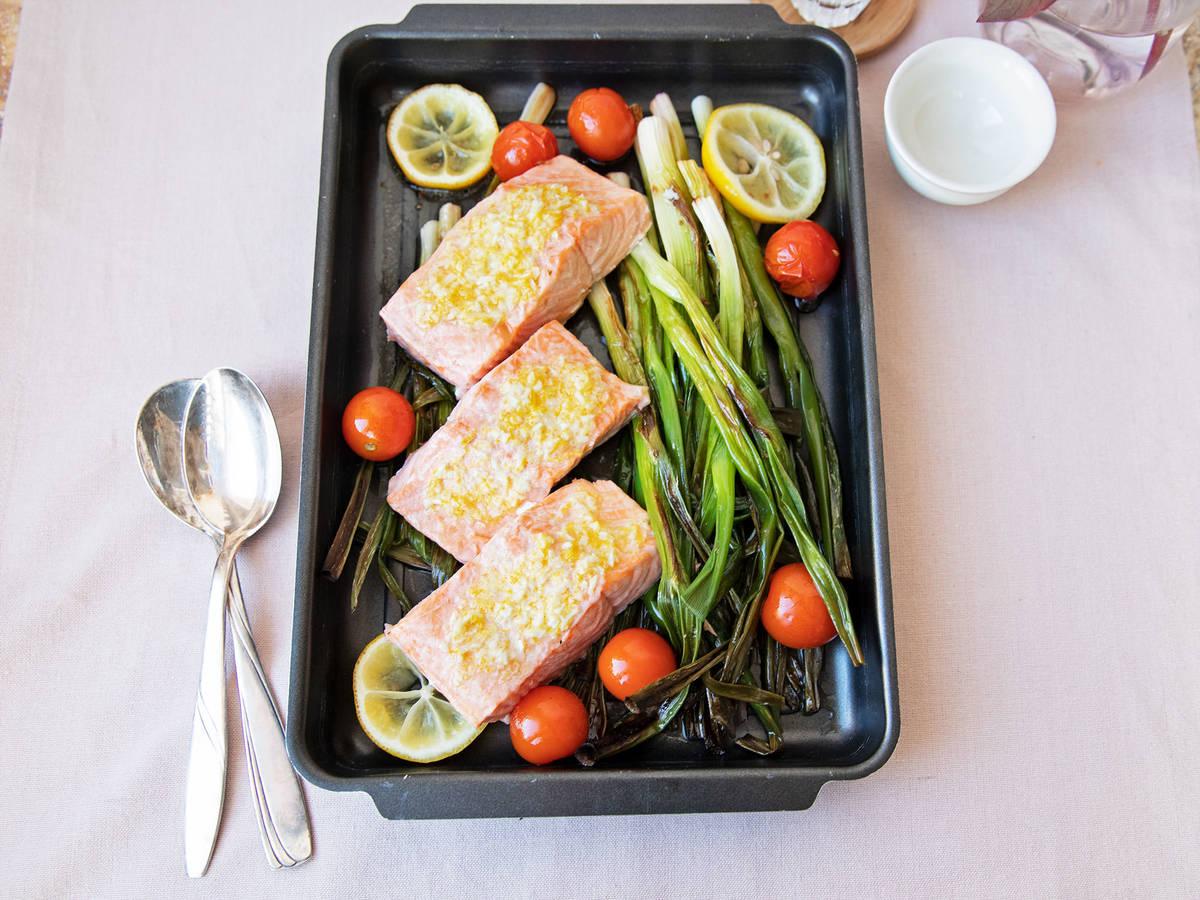 简易烤盘三文鱼佐葱和蒜味黄油