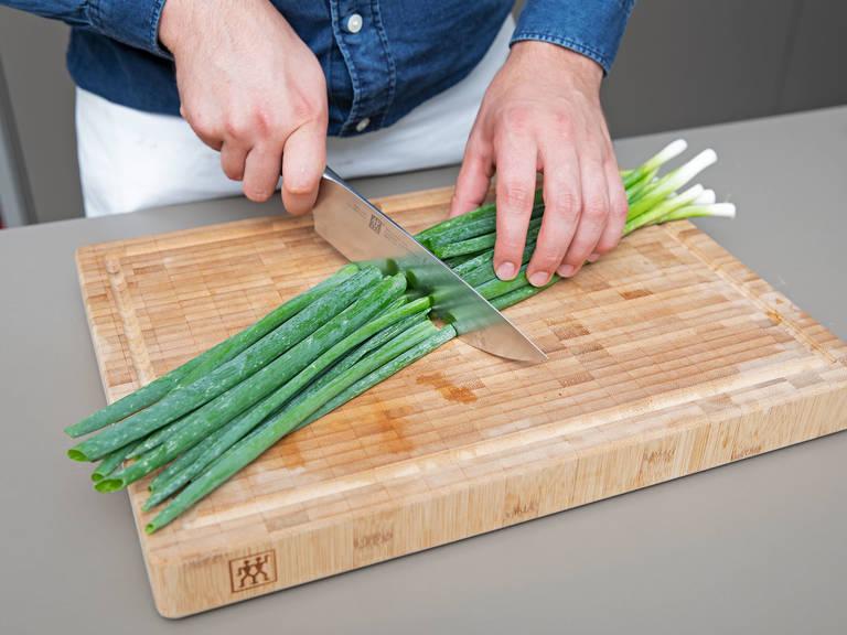 Backofen auf 200°C mit Grillfunktion vorheizen. Zitronenzeste abreiben und beiseitestellen. Frühlingszwiebeln zurechtschneiden, die Zitronen in Scheiben schneiden und auf einem Backblech verteilen. Mit Olivenöl beträufeln und mit frisch geriebener Muskatnuss und Salz würzen. Ca. 5 Min. in Backofen rösten. Anschließend aus dem Backofen nehmen, Weißwein und Ahornsirup dazugeben und weitere ca. 3 Min. backen.