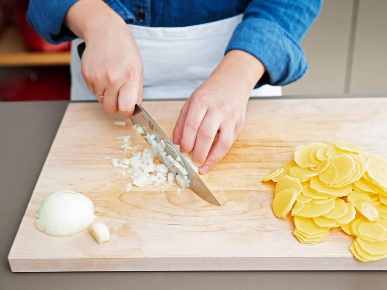 Backofen auf 180°C vorheizen. Zwiebel und Knoblauch schälen und fein hacken. Kartoffeln schälen und in dünne Scheiben schneiden. Kartoffelscheiben, Schlagsahne, Milch, gemahlene Muskatnuss und etwas Salz in einen kleinen Stieltopf geben und vorsichtig verrühren. Über kleiner bis mittlerer Hitze ca. 7 - 8 Min. köcheln, oder bis die Mischung andickt.
