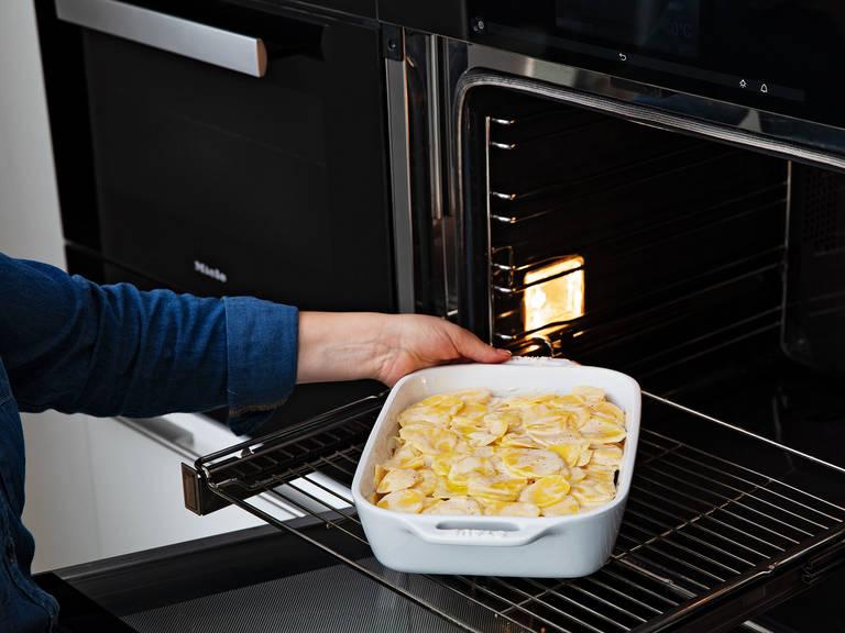 Auflaufform mit Butter einfetten. Die Hälfte der Kartoffelmischung in die Auflaufform geben und das gebratene Hackfleisch darauf verteilen. Mit der restlichen Kartoffelmischung belegen und bei 180°C ca. 40 - 45 Min. backen, oder bis das Gratin goldbraun ist. Aus dem Backofen nehmen und vor dem Servieren ca. 5 - 10 Min. abkühlen. Guten Appetit!