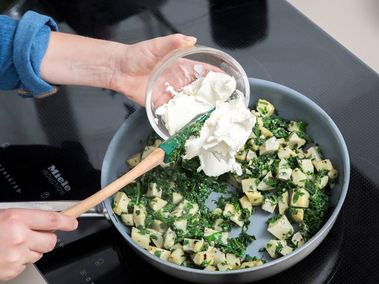 将火打至低档,然后放入奶油奶酪和马苏里拉奶酪。搅拌混合然后让奶酪融化。放入酸奶油、蛋黄酱、和一半的帕马森奶酪,然后再次搅拌均匀。放盐和胡椒调味然后倒入一个小的烤盘。放上剩余的帕马森奶酪。