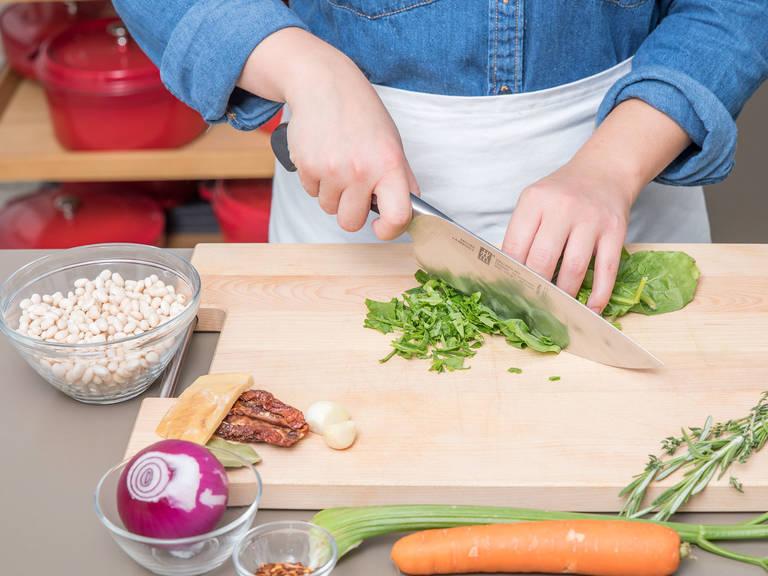 Spinat klein hacken. Zwiebeln, Karotten, Sellerie und getrocknete Tomaten in kleine Würfel schneiden. Knoblauch schälen und fein hacken. Salsiccia aus der Pelle drücken und ebenfalls klein schneiden.