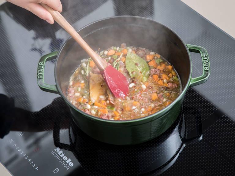 Etwas Olivenöl in einem großen Topf über mittlerer Hitze erwärmen. Zwiebeln und Knoblauch dazugeben und anschwitzen, bis die Zwiebeln glasig sind. Salsiccia dazugeben und ca. 15 Min. anbraten, bis sie rundum gebräunt ist. Anschließend Karotten und Sellerie dazugeben und weitere ca. 5 Min. anbraten. Mit Chiliflocken, Salz und Pfeffer würzen. Lorbeerblatt, Rosmarin- und Thymianzweige, getrocknete Tomaten, Gemüsebrühe, weiße Bohnen und falls gewünscht Parmesanrinde hinzugeben. Mit Deckel ca. 20 Min. köcheln lassen, oder bis die Bohnen weich sind.