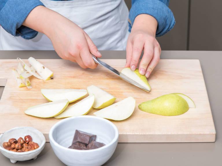 Backofen auf 190°C vorheizen. Springform mit Backpapier auslegen und die Seiten der Form mit Olivenöl bepinseln. Birnen vierteln, entkernen und jedes Viertel in drei Spalten schneiden. Haselnüsse hacken und die Schale der Zitrone abreiben und beiseitestellen.