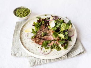 Salat mit Steakstreifen und Petersilien-Dressing