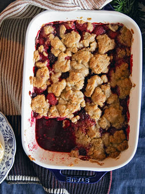 Mixed berry and speculaas cookie crumble
