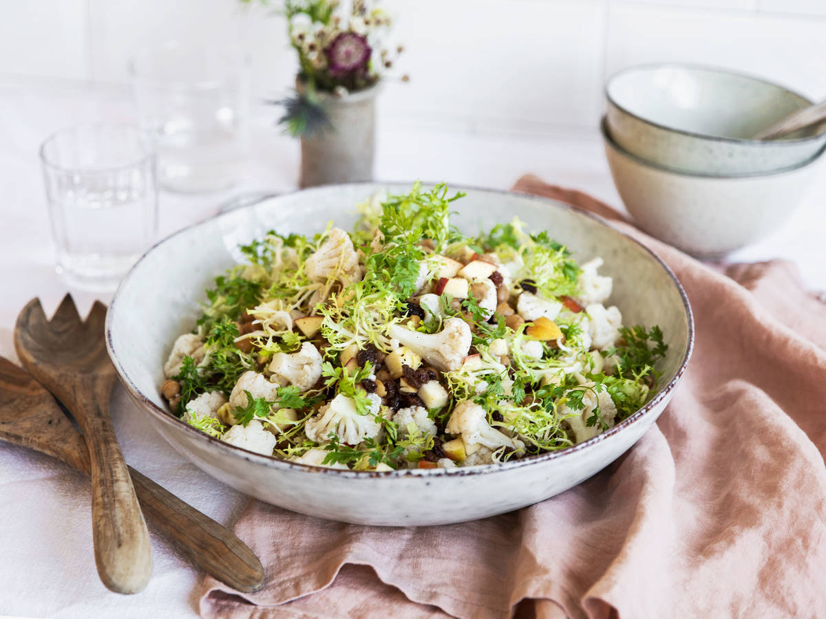 Cauliflower salad with apples and roasted chickpeas