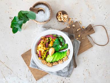 Rote-Bete-Süßkartoffel Bowl mit Mangold und Hummus