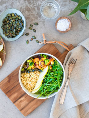 Kichererbsen-Cranberry-Bowl mit Quinoa und Apfel