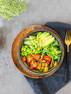 Zucchini-Quinoa Poke Bowl mit Lachs