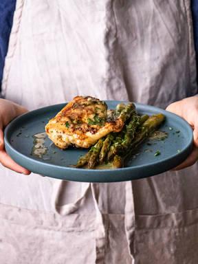 Gebackene Hähnchenbrust mit Spargel und Zitronenbutter mit 5 Zutaten