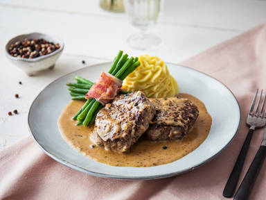 Klassisches Steak au poivre (Französisches Pfeffersteak) mit Kartoffelpüree und grünen Bohnen