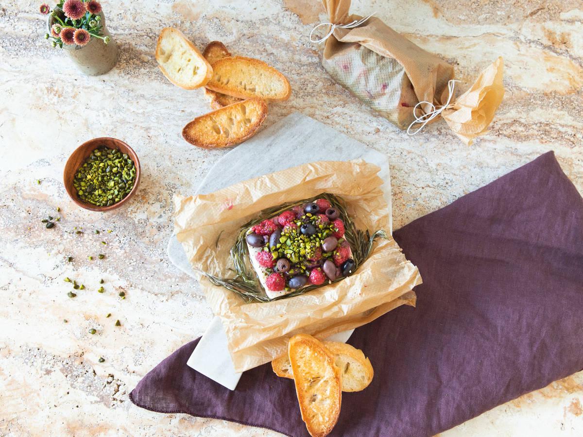 烤菲达芝士佐覆盆子和开心果