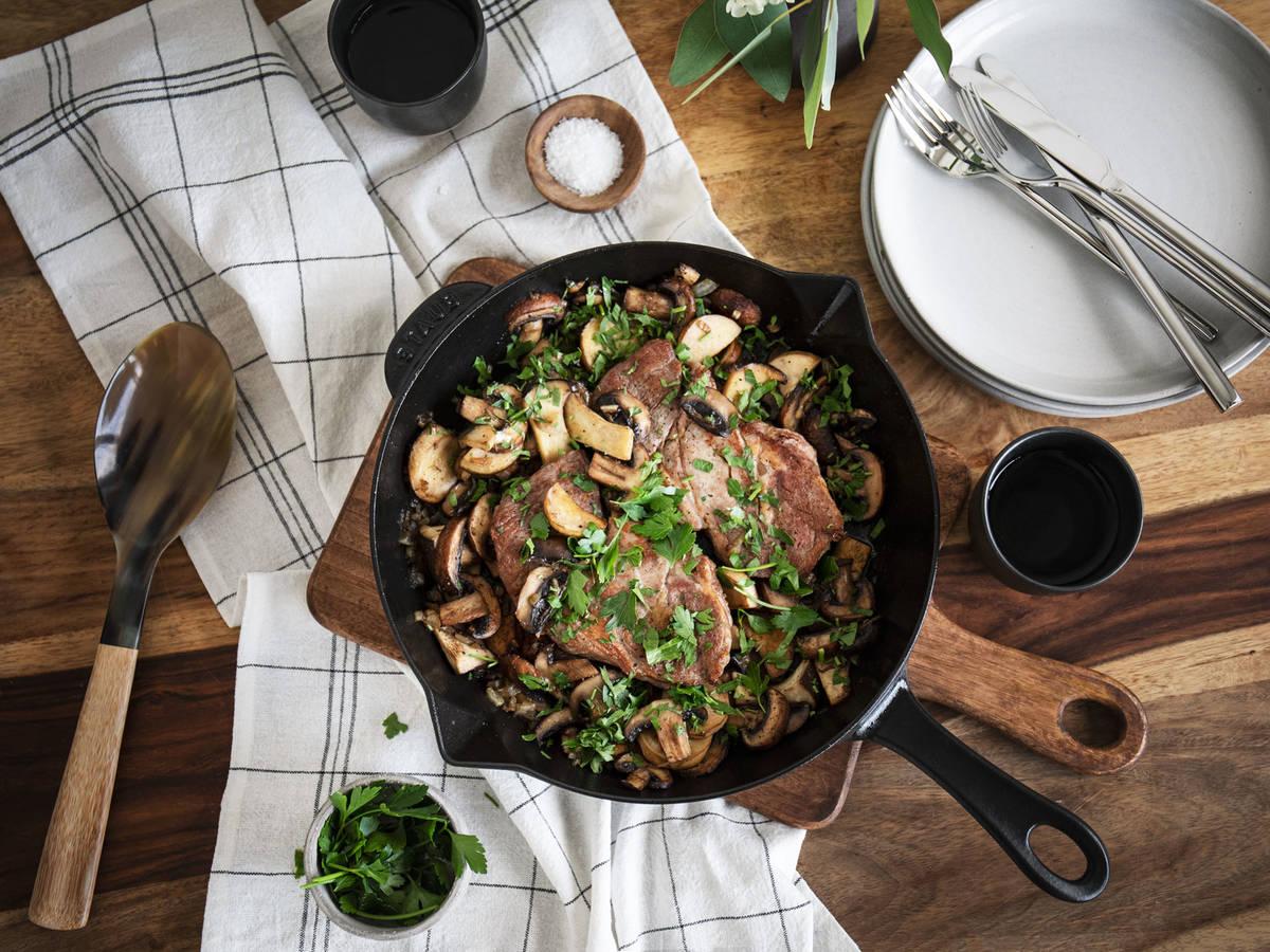 Simple pan-fried steak with mushrooms