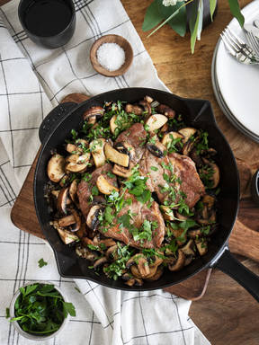 Simple pan-fried steak with mushrooms