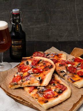 Pepperoni-Pizza mit Bierteig