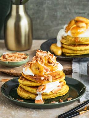 Chia-Pancakes mit Leinsamen und karamellisierten Bananen