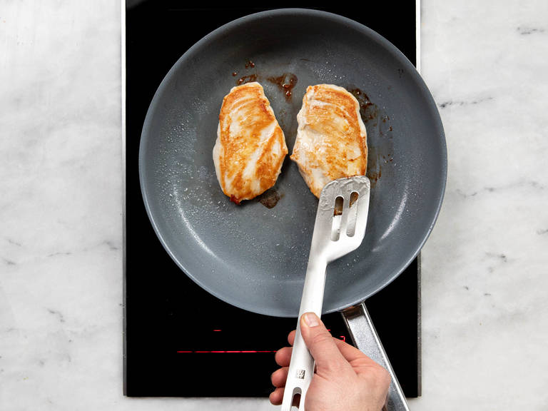 A little bit of vegetable oil on medium heat in a frying pan. The chicken breast and add for about 4 fry. Season with salt and pepper. Now, turn around, and vir'n further 4 Min. roast, or until it is cooked. Take out, let cool vir'n few minutes and then cut into slices.