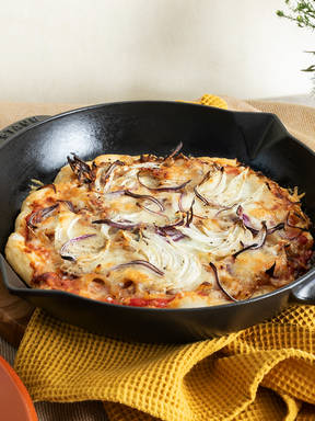 Skillet pizza with onions and fennel