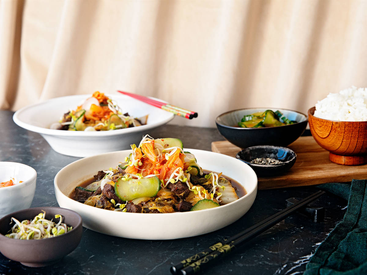Koreanischer Eintopf mit Rind, Chinakohl und sauren Gurken