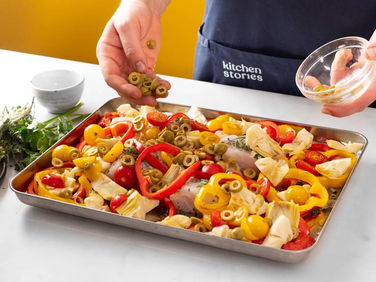 Sobald die Paprika fertig gebacken ist, aus dem Ofen nehmen und Kabeljaufilets auf das Backblech legen. Mit mehr Olivenöl beträufeln. Artischocken, Tomaten und Oliven dazugeben. Ofentemperatur auf 250°C erhöhen und für ca. 5-6 Min. backen oder solange, bis das Gemüse gar ist.