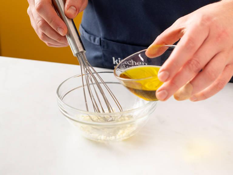 In der Zwischenzeit gehackten Knoblauch zusammen mit weißem Balsamicoessig in eine Schüssel geben und miteinander vermengen. Olivenöl esslöffelweise hinzufügen, währenddessen rühren. Zum Schluss gehackte Petersilie in die Schüssel geben. Sobald der Fisch fertig gebacken ist, mit der Vinaigrette benetzen. Zusammen mit dem Gemüse servieren. Guten Appetit!