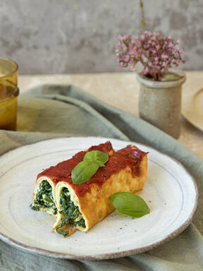 Spinach and pine nut crespelle