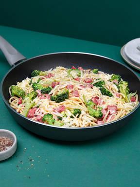 Pasta con mortadella e broccoli (Pasta with mortadella and broccoli)
