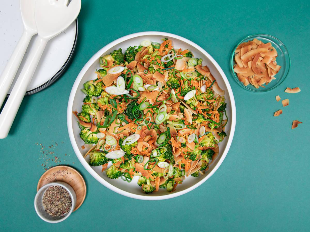 Roher Brokkolisalat mit Miso-Dressing